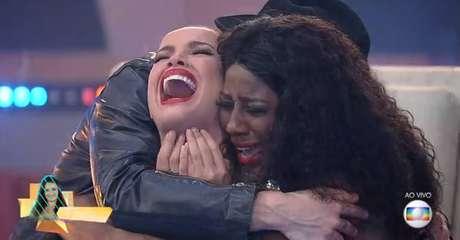 Os finalistas Camilla e Fiuk abraçam a vencedora Juliette.