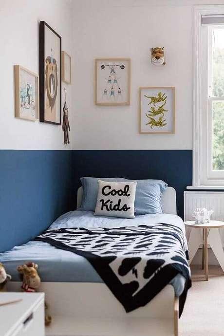 10. Meia parede azul para decoração de quarto de solteiro simples – Foto: Jeito de Casa