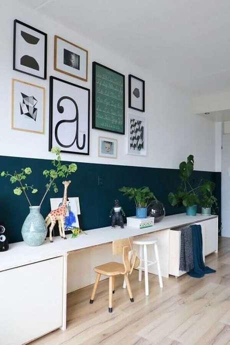 42. Meia parede verde e branca decorada com quadros – Foto: Pinterest