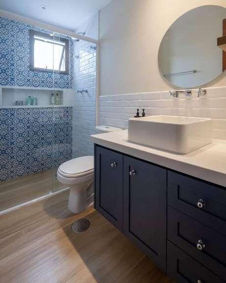 55. Revestimento meia parede para decoração de banheiro azul e branco – Foto: V2B Arquitetura