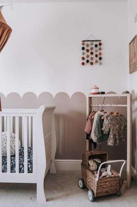17. No quarto de bebê a pintura meia parede pode ganhar contornos diferentes para deixar o ambiente mais charmoso – Foto: Pinterest