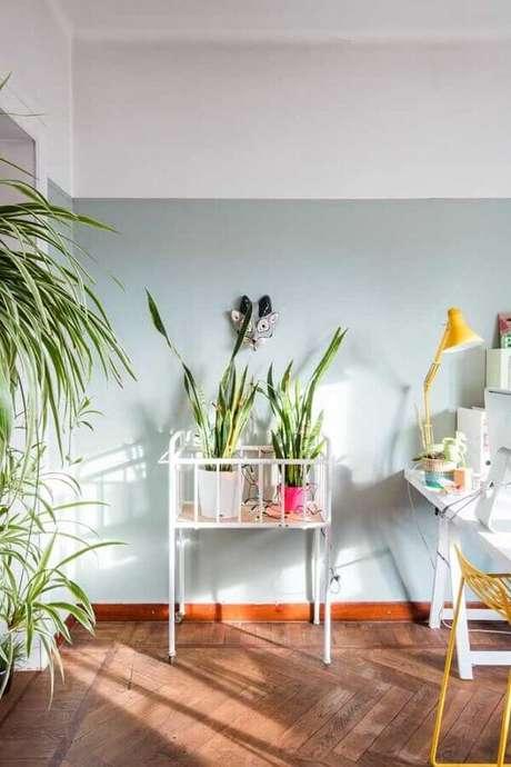 14. Decoração clean com pintura meia parede cinza claro – Foto: Pinterest
