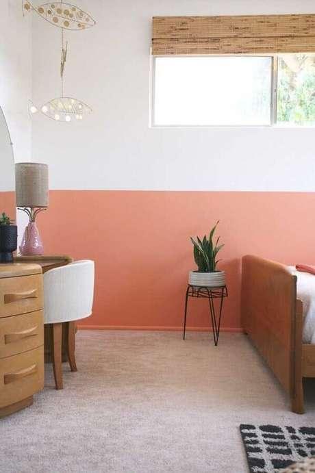 22. Decoração com móveis de madeira e pintura meia parede cor de rosa – Foto: Pinterest