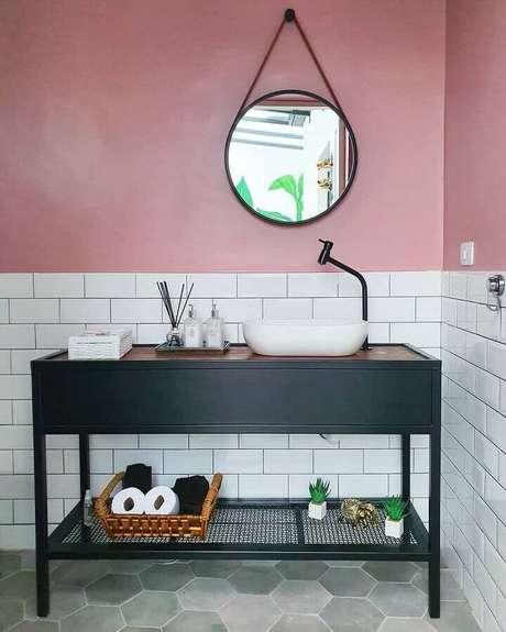 29. Revestimento meia parede para banheiro simples decorado com piso hexagonal – Foto: Pinterest