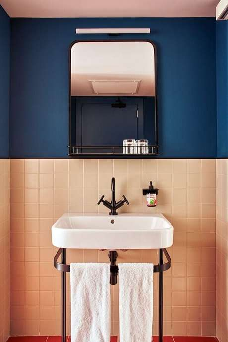 34. Revestimento meia parede azul e coral para decoração de banheiro retrô – Foto: Behance