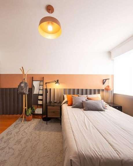 13. Decoração clean com meia parede pintada quarto – Foto: Pinterest
