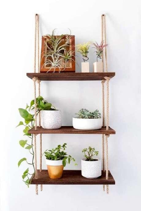 24. Os vasos decorativos sobre a prateleira de corda trazem frescor para a decoração. Fonte: Etsy