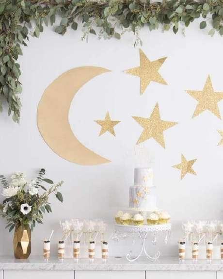 49. Estrelas e lua dourada para decoração de festa do pijama para jovens – Foto: Pinterest
