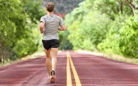 Correr de costas: técnica eleva o gasto de calorias