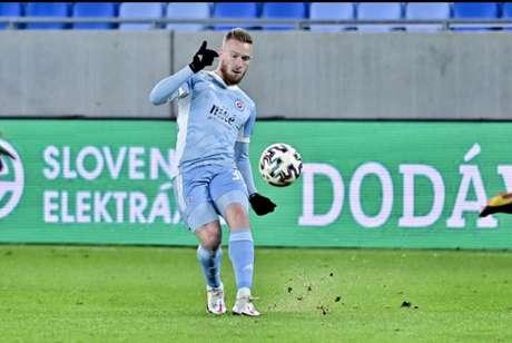Lucas Lovat em ação pelo Slovan Bratislava (Foto: Divulgação)