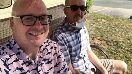 Roger Ellis (direita) começou a apresentar sintomas da doença em 2019, diz Steve Ellis (esquerda)