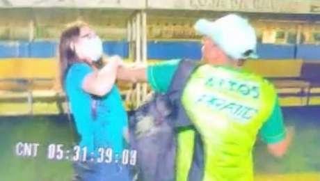 Jornalista teve o celular arrancado à força, foi agredida e ofendida por um homem que vestia boné branco e camisa com mangas azuis.