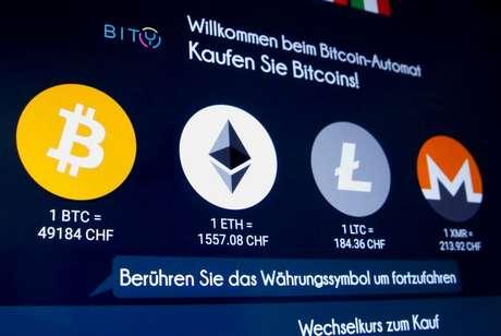 Logos das criptomoedas Bitcoin, Ether, Litecoin e Monero em terminal em Zurique, Suíça  04/03/2021 REUTERS/Arnd Wiegmann
