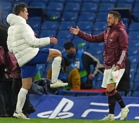 Hazard cumprimentando Azpilicueta após a partida contra o Chelsea (Foto: GLYN KIRK / AFP)