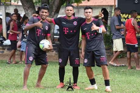 Rhuan tira foto após torneio disputado em São Gonçalo (Foto: Reprodução)