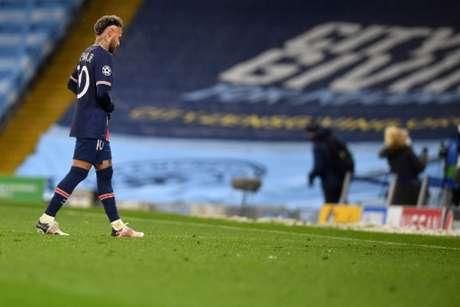 Neymar saindo de campo após a vitória do Manchester City sobre o PSG na semifinal da Liga dos Campeões (Foto: PAUL ELLIS / AFP)