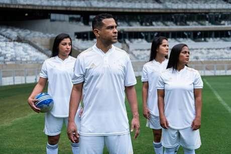 A camisa branca da Raposa já esta disponível para os torcedores celestes-(Bruno Hadadd/Cruzeiro)