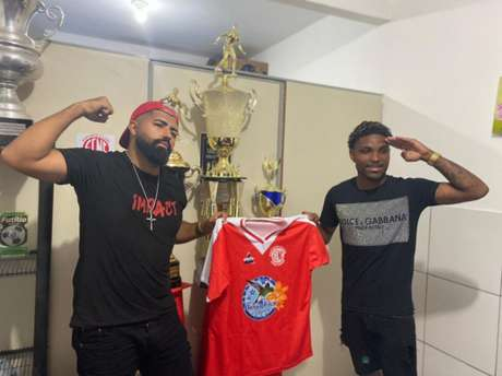 Sósias de Gabigol e Vitinho posam com camisa do Nova Cidade (Foto: Divulgação)