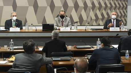 Renan Calheiros (dir) lembrou que o presidente afirmou em 2020 que não iria comprar vacinas antes da aprovação da Anvisa, mas em 2021 o ministério fez acordos de compra da vacina Sputnik V, que depois não teve o uso aprovado pela agência regulatória.