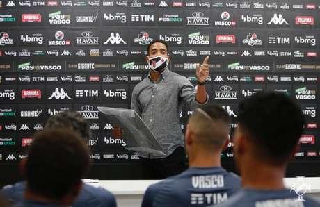 Professor Júnior comandou roda de discussão sobre Racismo no CT do Almirante (Foto: Rafael Ribeiro/Vasco)