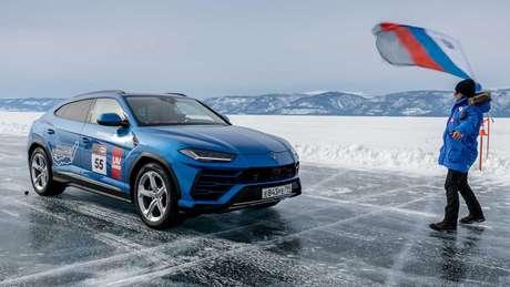 Lamborghini Urus recebe a bandeirada no gelo da Rússia.