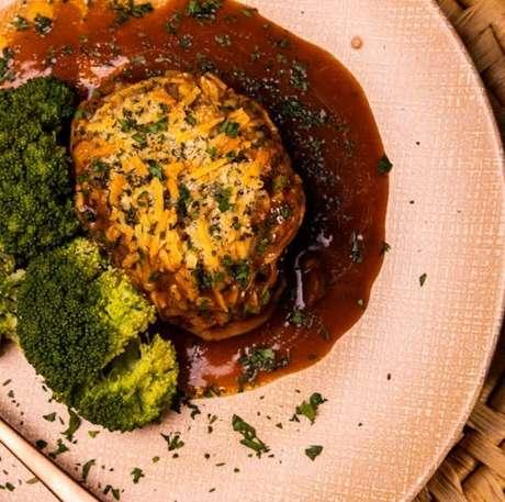 Guia da Cozinha - Sobrecoxa com crosta de parmesão e molho madeira