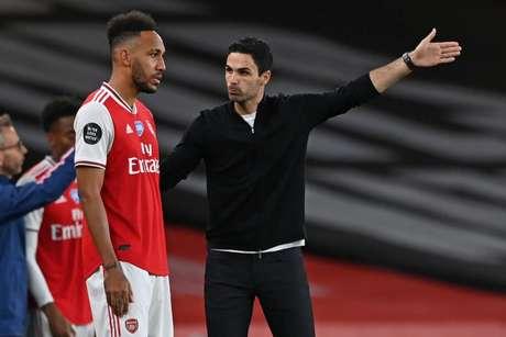 Apesar da pressão, Arteta segue no cargo do Arsenal (Foto: SHAUN BOTTERILL / AFP)