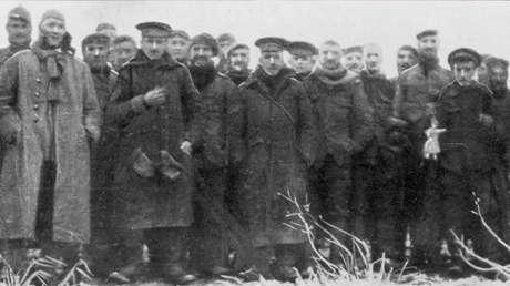 Soldados alemães e britânicos trocaram as hostilidades, de forma espontânea, por gestos de aproximação