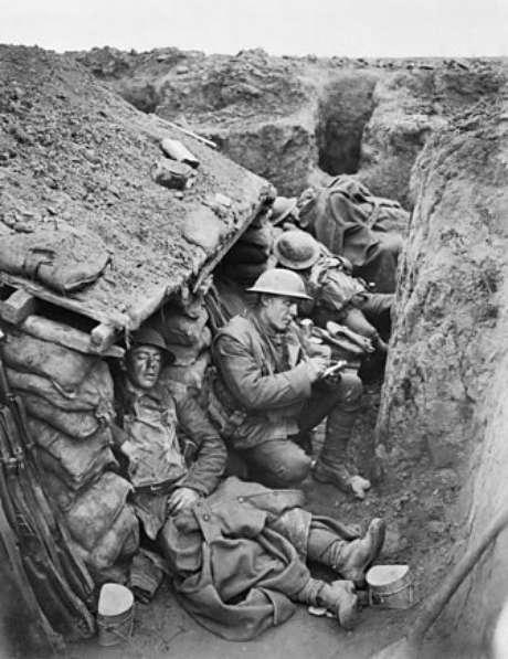 Soldados britânicos em trincheiras: 'a gente passa o dia com água e lama até o pescoço'