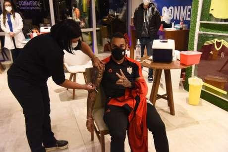 Natanael sendo vacinado (Foto: Conmebol)