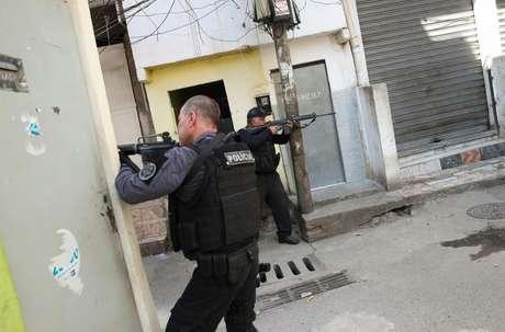 Policiais apontam suas armas durante operação na favela do Jacarezinho no Rio de Janeiro 06/05/2021 REUTERS/Ricardo Moraes