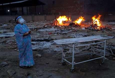 Mulher chora durante cremação do marido que morreu de Covid-19 em crematório em Nova Délhi 05/05/2021 REUTERS/Adnan Abidi