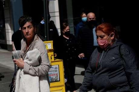 Mulher caminha na rua sem máscara após o CDC anunciar novas diretrizes sobre uso da máscara em ambientes abertos na cidade de Nova York, EUA 27/04/2021 REUTERS/Shannon Stapleton/File Photo