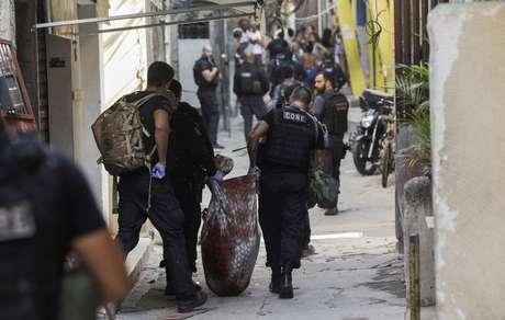 Policiais carregam corpo durante operação na favela do Jacarezinho 06/05/2021 REUTERS/Ricardo Moraes