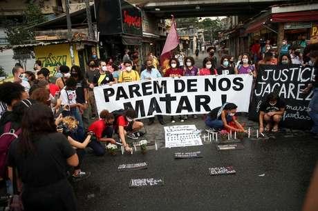 Manifestantes participam de protesto em entrada do Jacarezinho após mortes em operação policial 7/5/2021 REUTERS/Ricardo Moraes