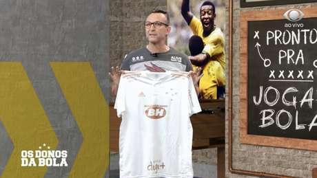 Neto mostra a nova camisa do Cruzeiro no 'Donos da Bola' da última quinta-feira (Reprodução / Band)