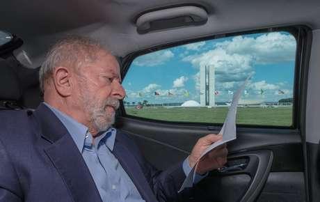 """""""Voltando de Brasília"""", escreveu Lula em seu Twitter"""