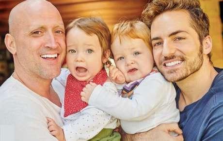 Paulo Gustavo com o marido, Thales Bretas, e os filhos do casal, Gael e Romeu: símbolo de nova família