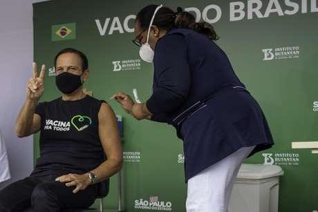 Governador João Doria recebe a primeira dose da vacina CoronaVac