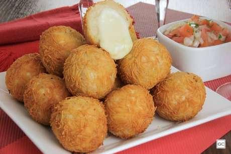 Guia da Cozinha - Bolinha de queijo com purê para aproveitar em casa