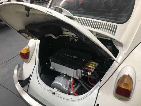 Detalhe de Fusca a gasolina convertido para elétrico pela FuelTech