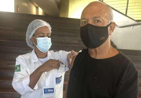 Júnior recebendo a segunda dose do imunizante contra Covid-19 em um ponto de vacinação no Rio de janeiro (Reprodução / Instagram)