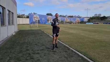 Luan empinou pipa antes do treino deste sábado no CT Joaquim Grava (Foto: Reprodução/Twitter Corinthians)
