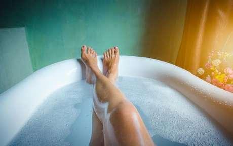 Elimine as energias negativas da sua vida com esses 3 banhos iluminados - Shutterstock