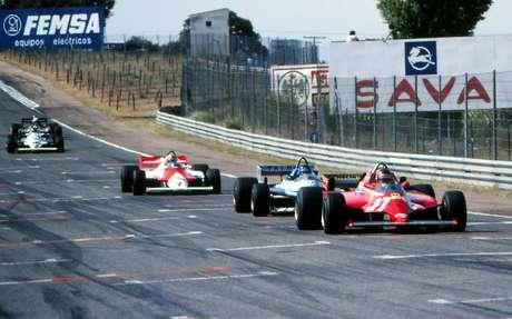 Momentos finais do GP da Espanha de 1981: Villeneuve lidera, seguido por Laffite e Watson; mais atrás estão Reutemann e de Angelis.