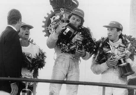 Pódio histórico em Jarama, 1981: Gilles Villeneuve, ao centro, celebra sua vitória, com Laffite (à esq.) e Watson.