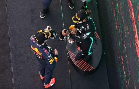 Max Verstappen e Lewis Hamilton na Catalunha