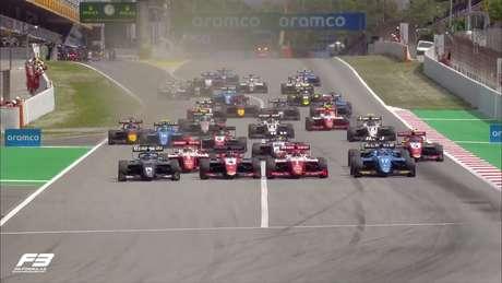 Quatro carros lado a lado na largada da F3 em Barcelona
