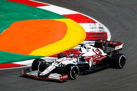 Kimi Räikkönen hoje roda na parte de meio para trás do pelotão