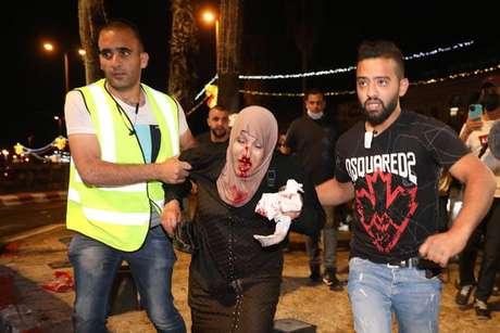Palestina ferida durante protesto contra despejos no bairro de Sheikh Jarrah, em Jerusalém Oriental